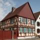 ein denkmalgeschütztes, restauriertes Fachwerkhaus mit Spitzdach und Fensterläden in Südhessen