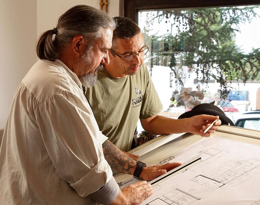 Zimmerermeister Thorsten Raab und sein Mitarbeiter vor einem Bauplan