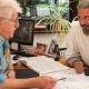 Zimmerermeister berät einen Bauplaner eines Planungsbüros