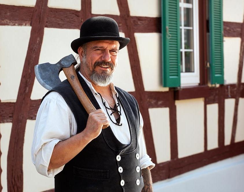 Thorsten Raab geprüfter Restaurator im Zimmererhandwerk vor Fachwerkhaus