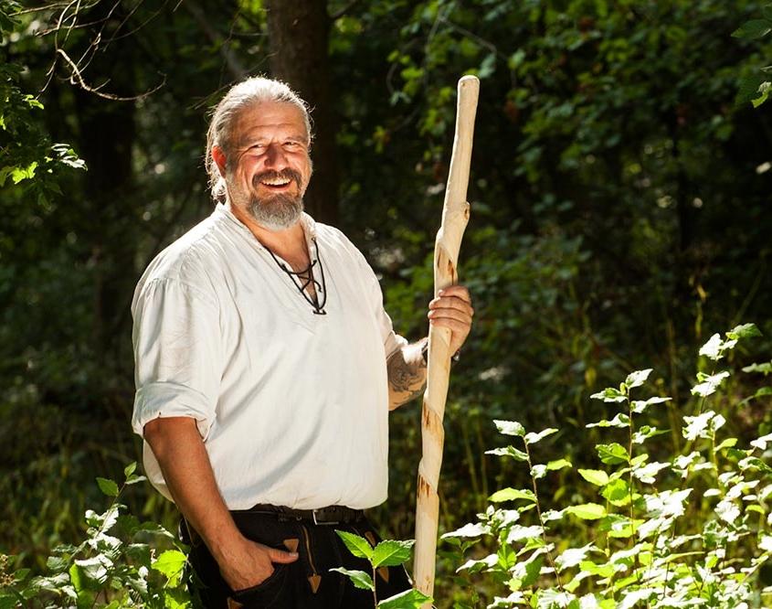 Dachdeckermeister Thorsten Raab beim Wandern im Wald in Südhessen