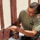 Restaurator Thorsten Raab untersucht gemeinsam mit seinem Mitarbeiter mithilfe eines Messers Schäden am Fachwerkhaus