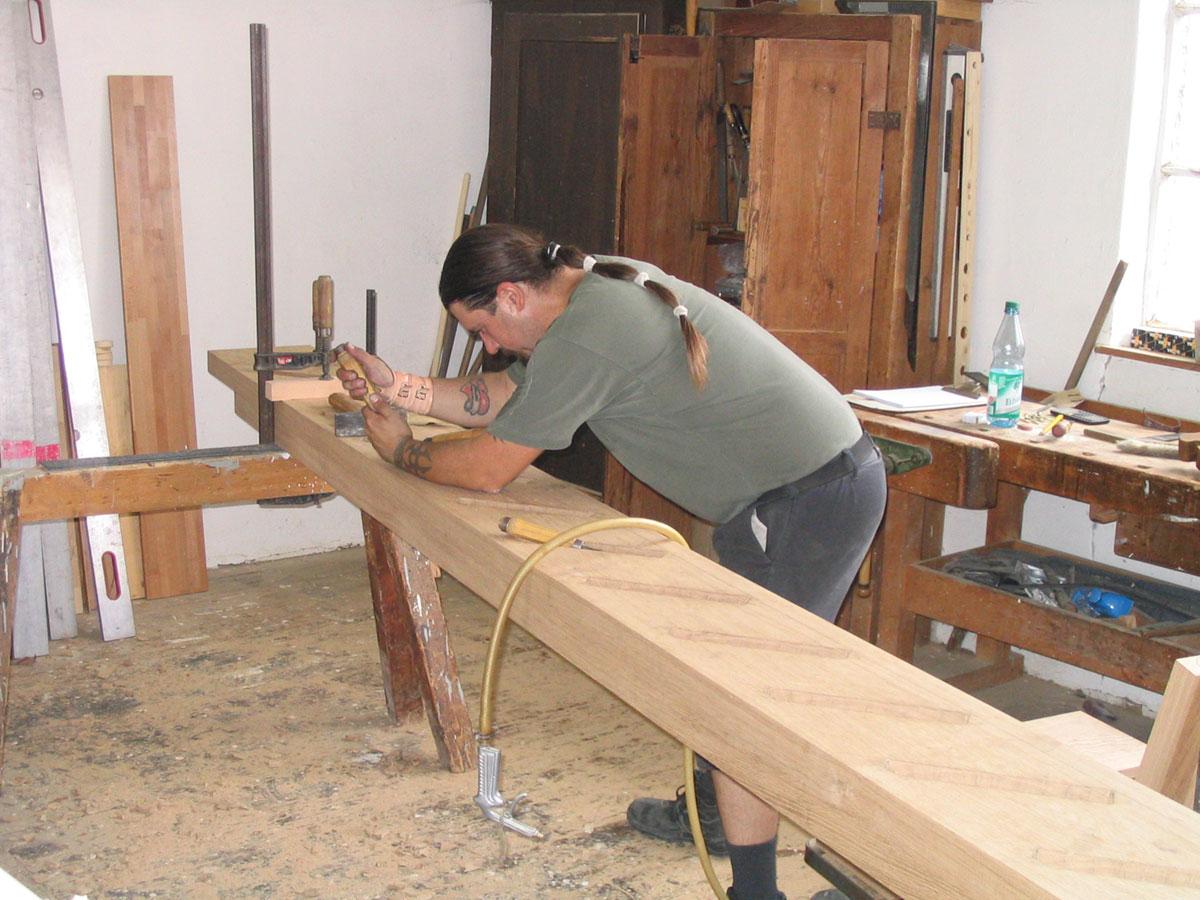 Handwerker Thorsten Raab arbeitet an einer Treppe