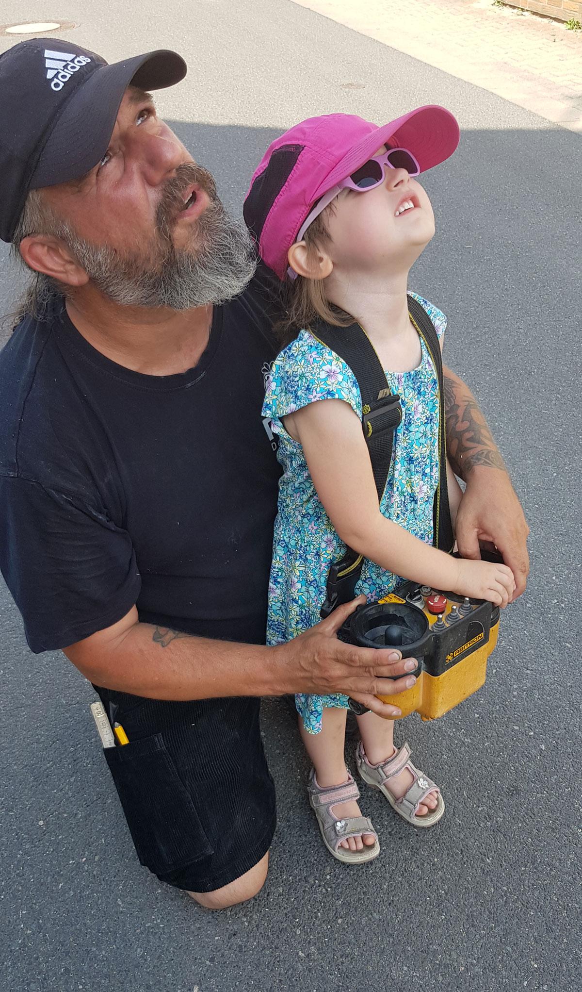Dachdecker Thorsten Raab mit seiner kleinen Tochter vor einer Baustelle