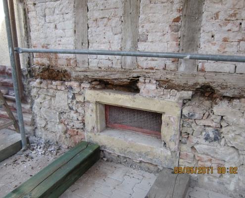 zerstörte Hausschwelle eines Fachwerkhauses