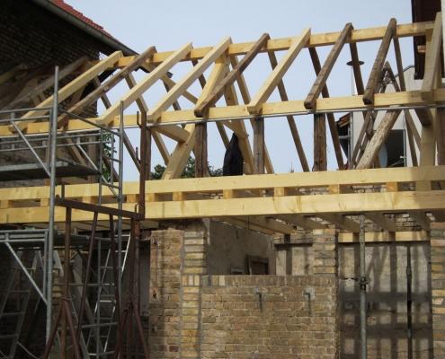 Dachstuhl während der Sanierung mit neuen Holzbalken und Originalbauteilen
