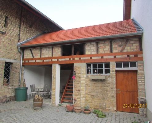 Nebengebäude mit restauriertem Dachstuhl, neu eingedecktem Dach, gemauerten Gefachen und neuer Treppe