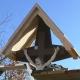 Neues Dachwerk eines alten Holzkreuzes mit Vorstoßblechen für Kupfereindeckung