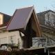 neues Kupferdach eines Holzkreuzes