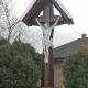 Gestrichenes und bedachtes Holzkreuz mit Jesusfigur nach der Restaurierung
