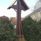 Restauriertes Holzkreuz mit Bedachung in der Ansicht von hinten