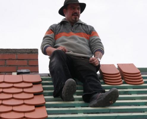 Dachdecker Thorsten Raab auf dem Dach während einer Doppeldeckung