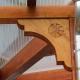 individuelles Schnitzwerk am Eck eines Terrassenpfosten
