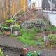 Ein Beet in der Mitte des Gartens neben dem Treppenaufgang zur Terrasse wird neu bepflanzt