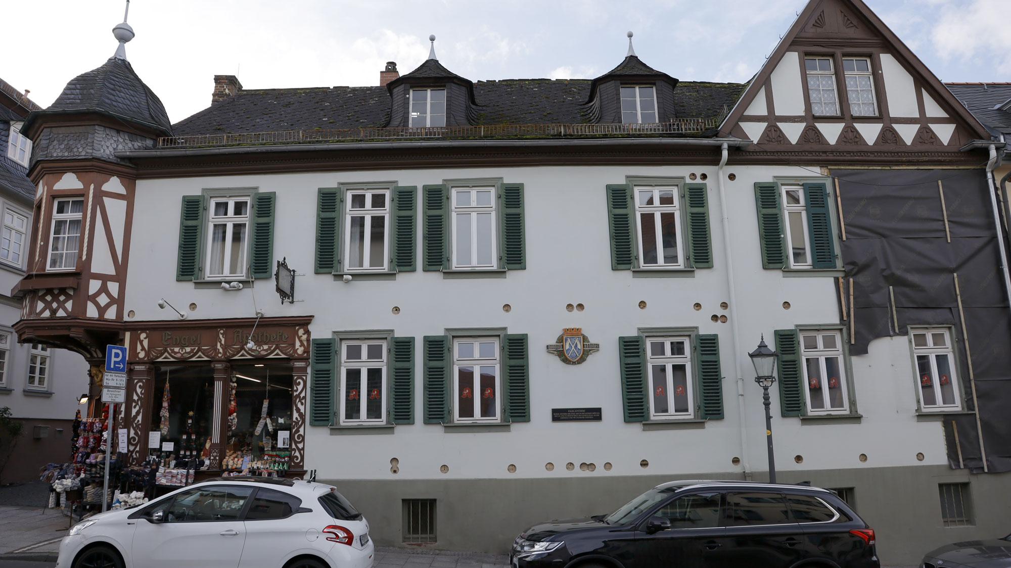 Die restaurierte Fachwerkfassade der Engel-Apotheke in Hessen