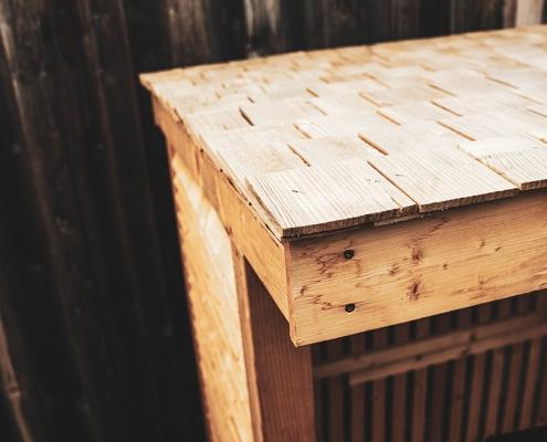 Hylly Brennholzdepot mit Holzschindeln