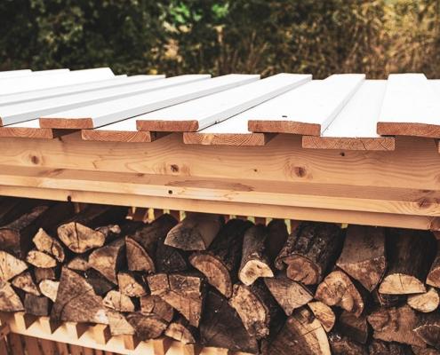 Hylly Brennholzdepot mit Holzschalung